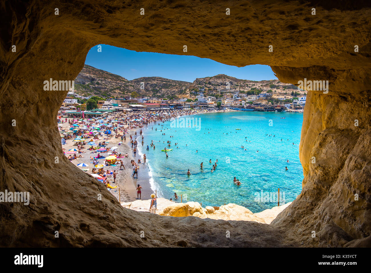 La playa de Matala con cuevas en las rocas que se utilizaron como un cementerio romano y en la década de los 70's vivían los hippies de todo el mundo, Creta, Imagen De Stock
