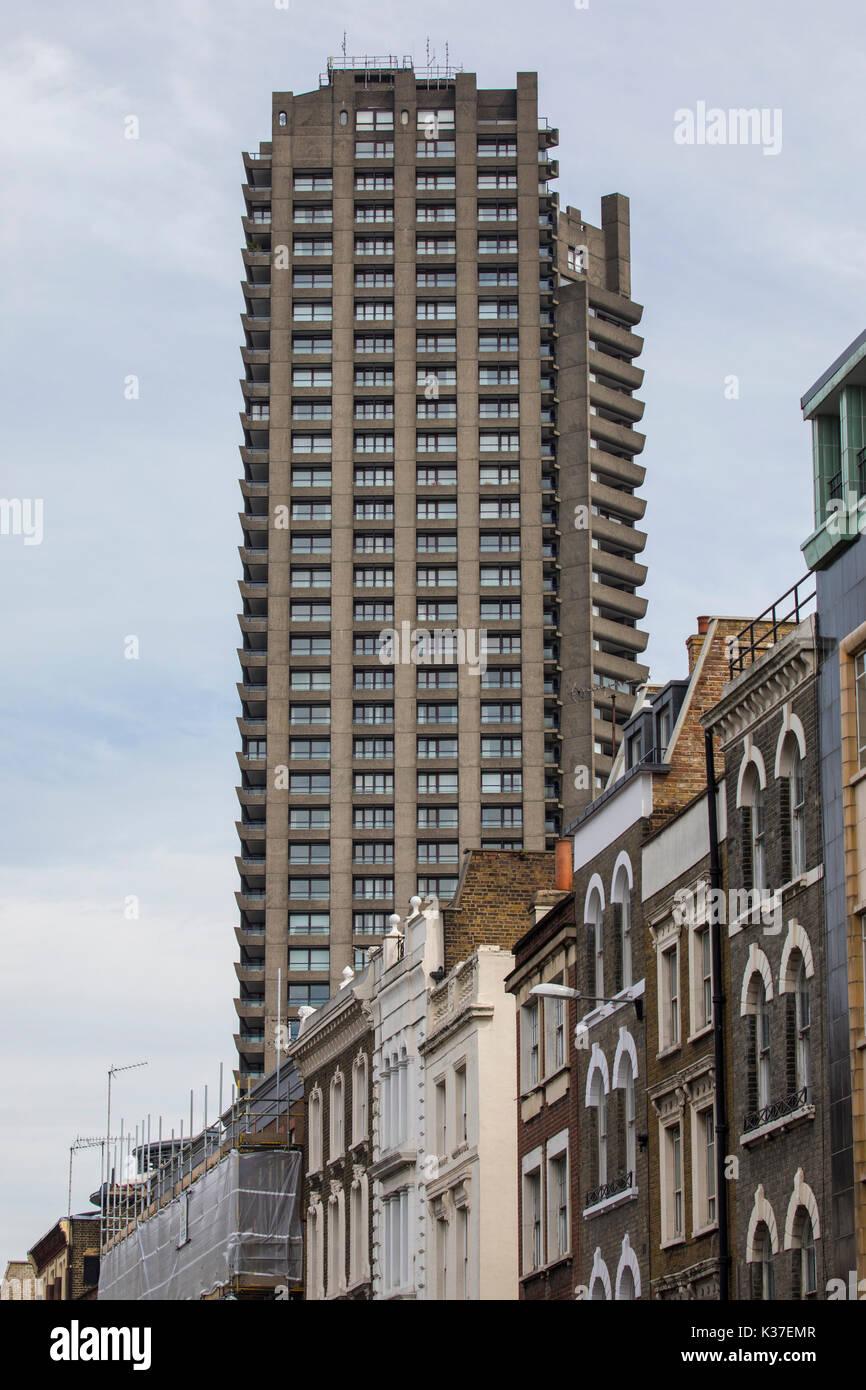 Una de las cuadras de la famosa torre de barbican estate en Londres, Reino Unido. Foto de stock