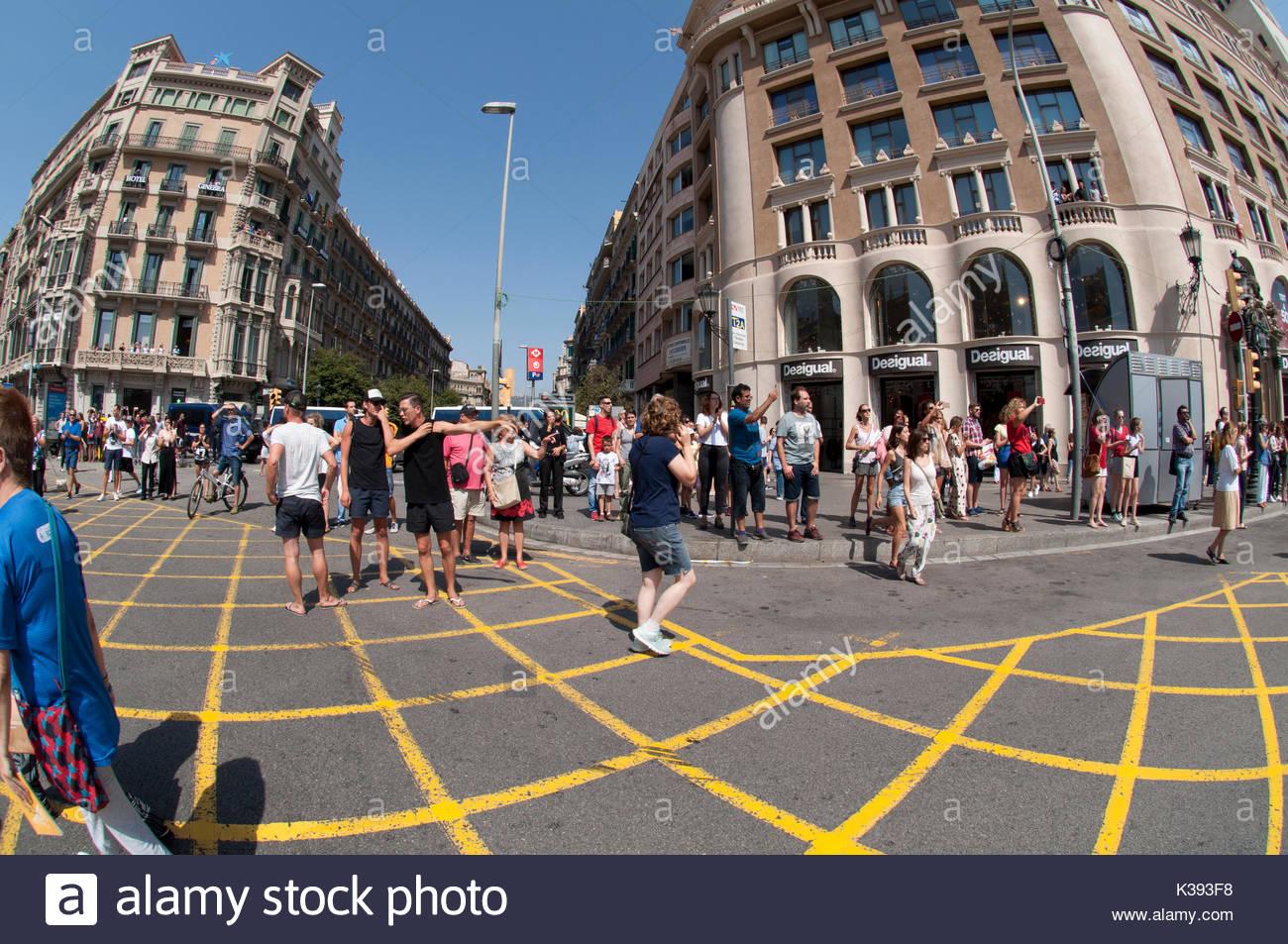 Plaza Cataluña, Minuto de silencio en homenaje a las víctimas del ataque terrorista en las Ramblas de Barcelona, España Imagen De Stock