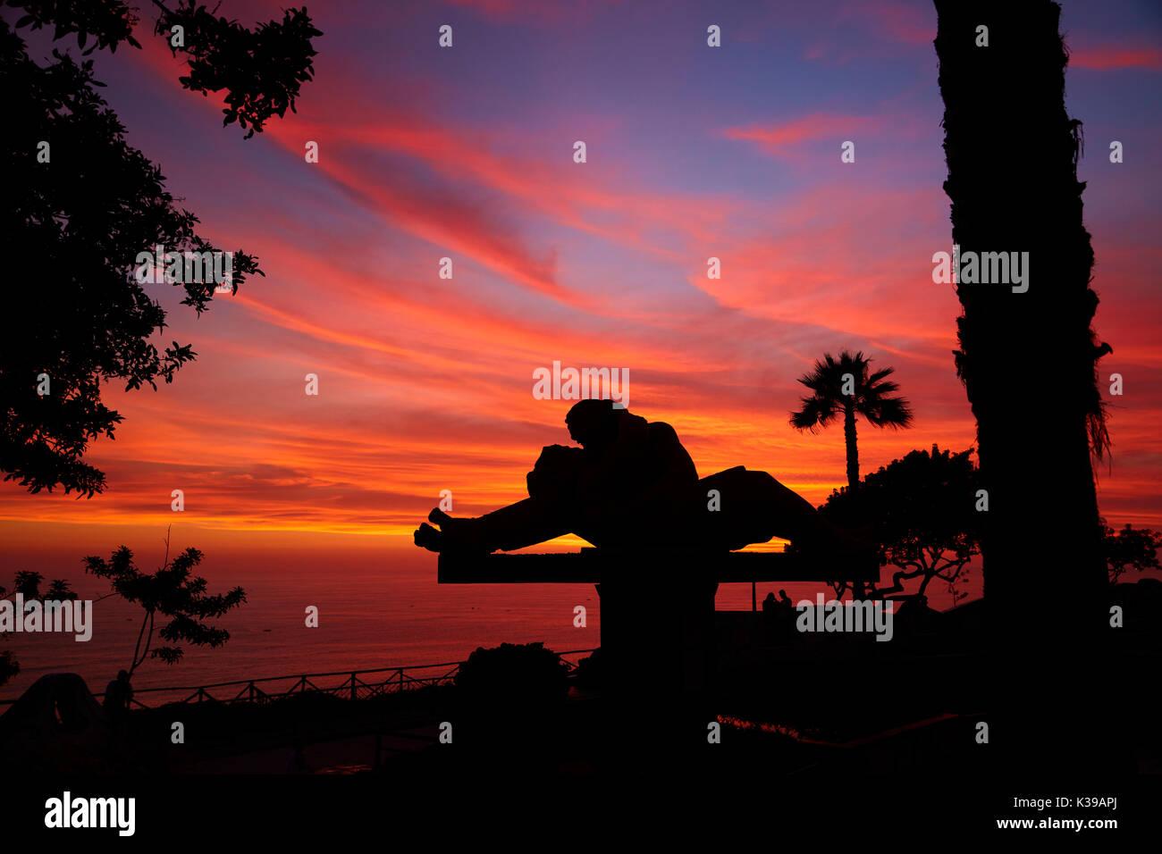 El Beso (El beso) estatua de Víctor Delfín y la puesta de sol sobre el Océano Pacífico, el Parque del Amor (Parque del Amor), Miraflores, Lima, Perú, América del Sur Imagen De Stock