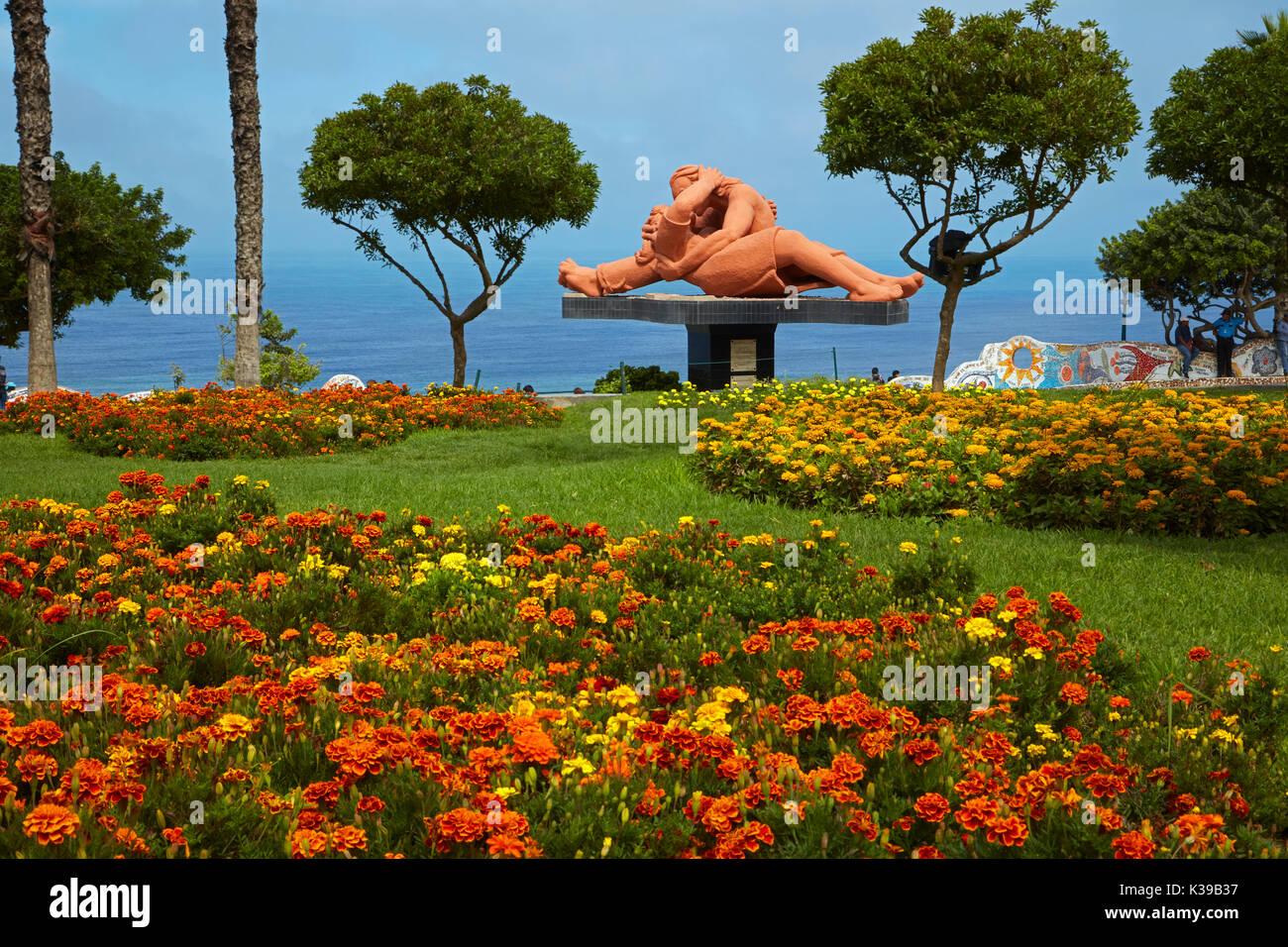 Jardín de Flores y El Beso (El beso) estatua de Victor Delfín, Parque del Amor (Parque del Amor), Miraflores, Lima, Foto de stock