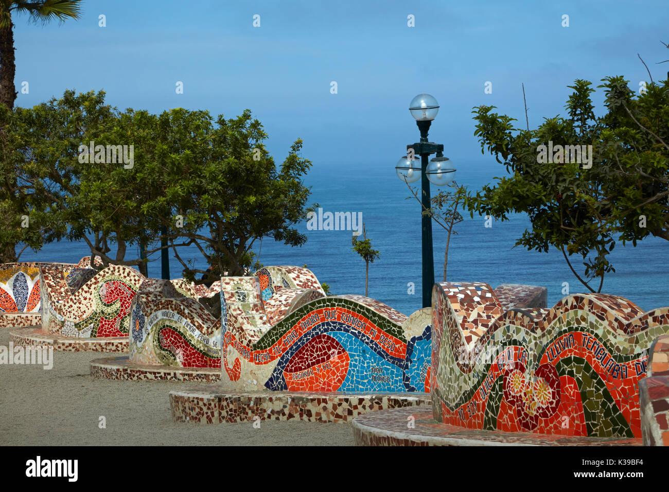 Curvy mosaico en la pared del Amor Park (Parque del Amor), Miraflores, Lima, Perú, América del Sur Imagen De Stock