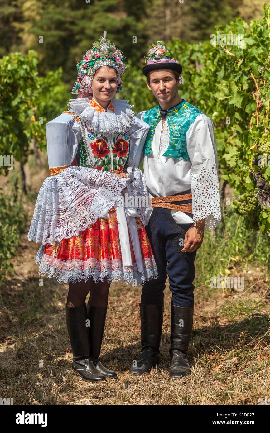 Blatnice pod Svatym Southerm Antoninem, Moravia, República Checa, pareja con trajes típicos en viña Imagen De Stock