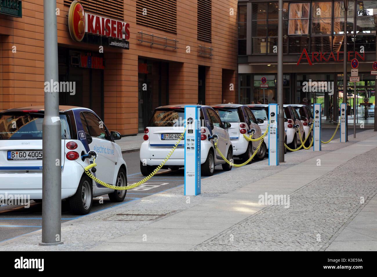 Alemania, en el distrito Mitte de Berlín, coche eléctrico, estación de carga Imagen De Stock