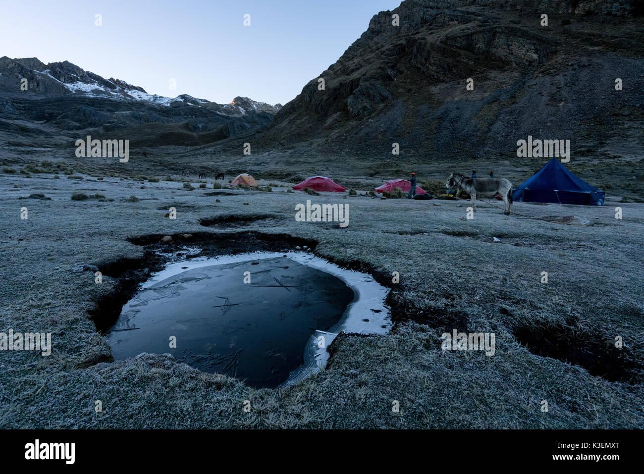 Amanecer rompiendo en el huayhuash trek, Perú Imagen De Stock