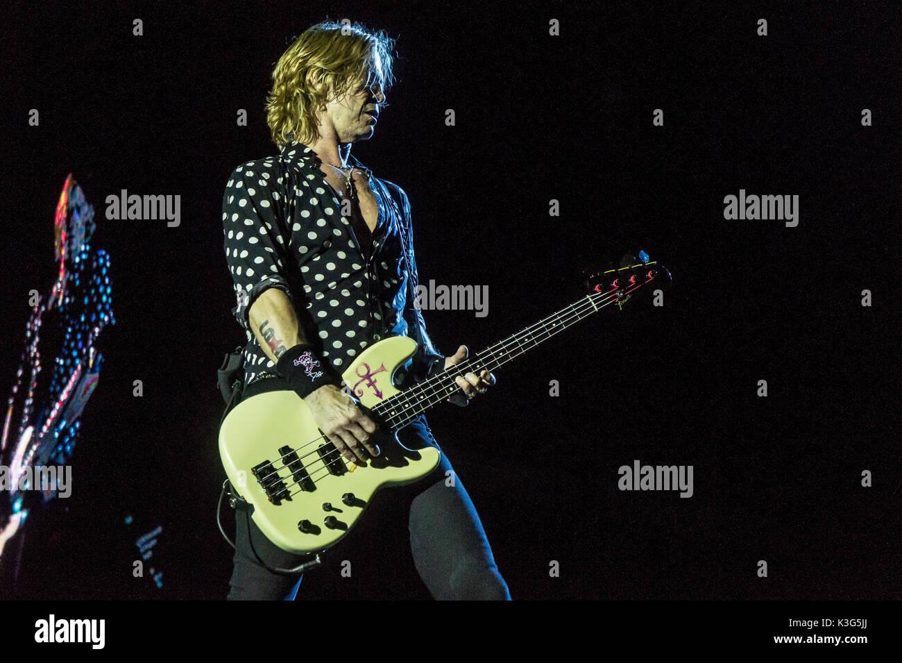 """Vancouver, Canadá. 1 Sep, 2017. Banda estadounidense de rock Guns N' Roses durante la realización de su """"No en esta vida gira en el BC Place Stadium de Vancouver, BC, Canadá. Crédito: Jamie Taylor/Alamy Live News. Imagen De Stock"""