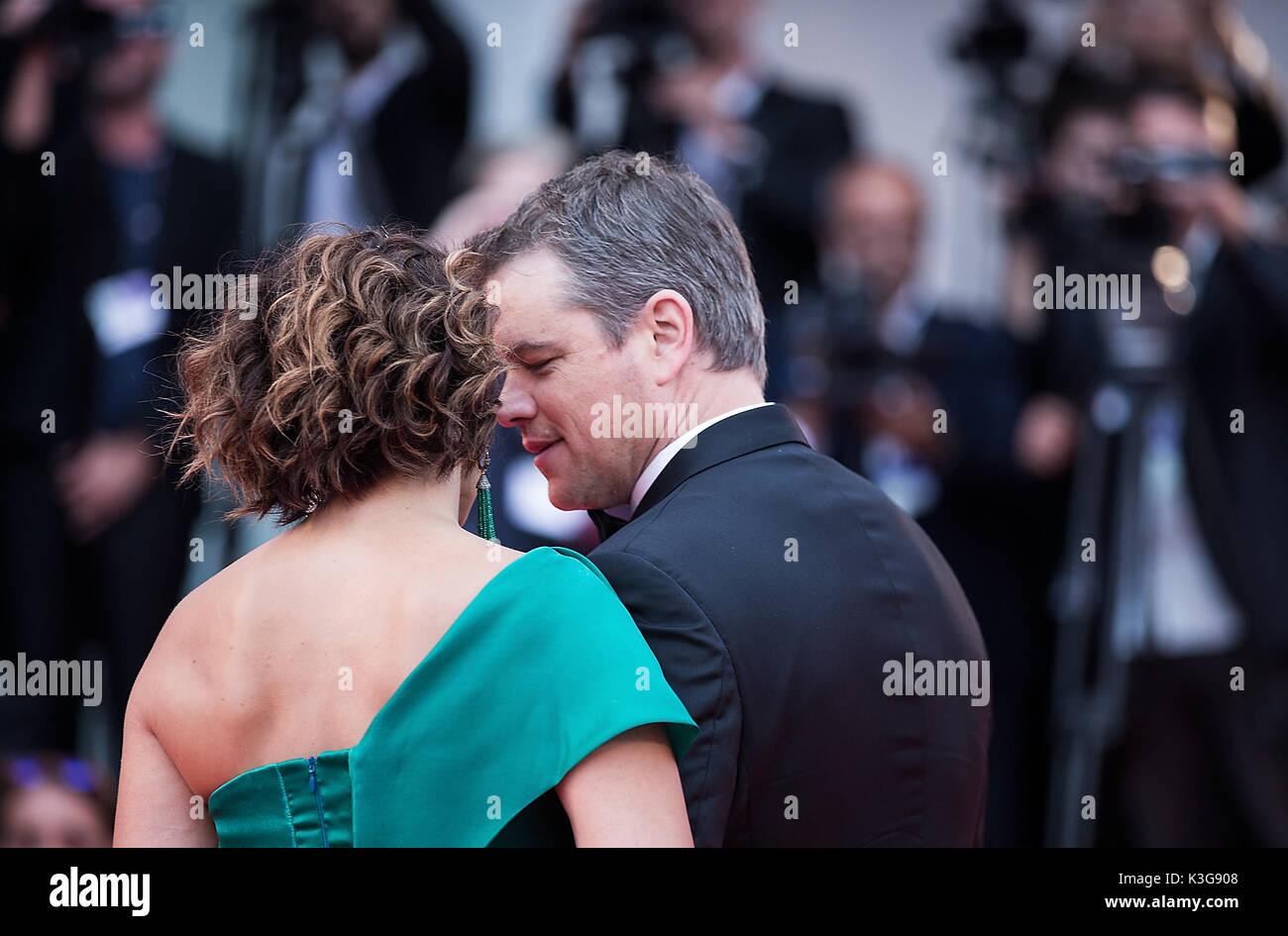Venecia, Italia. 2Nd Sep, 2017. El actor Matt Damon (R) y su esposa Luciana Barroso asistir al estreno de la película 'Suburbicon' en competición en la 74ª Mostra de Venecia, Italia, el 2 de septiembre de 2017. Crédito: Jin Yu/Xinhua/Alamy Live News Imagen De Stock