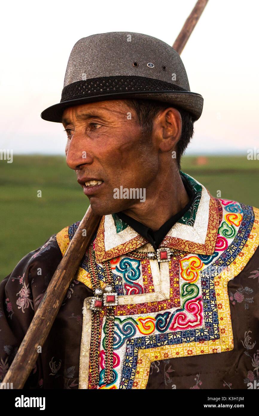 Mongolia interior, Chine-July 30, 2017: retratos de Mongolia no identificado hombre vestido con sus ropas tradicionales. Imagen De Stock