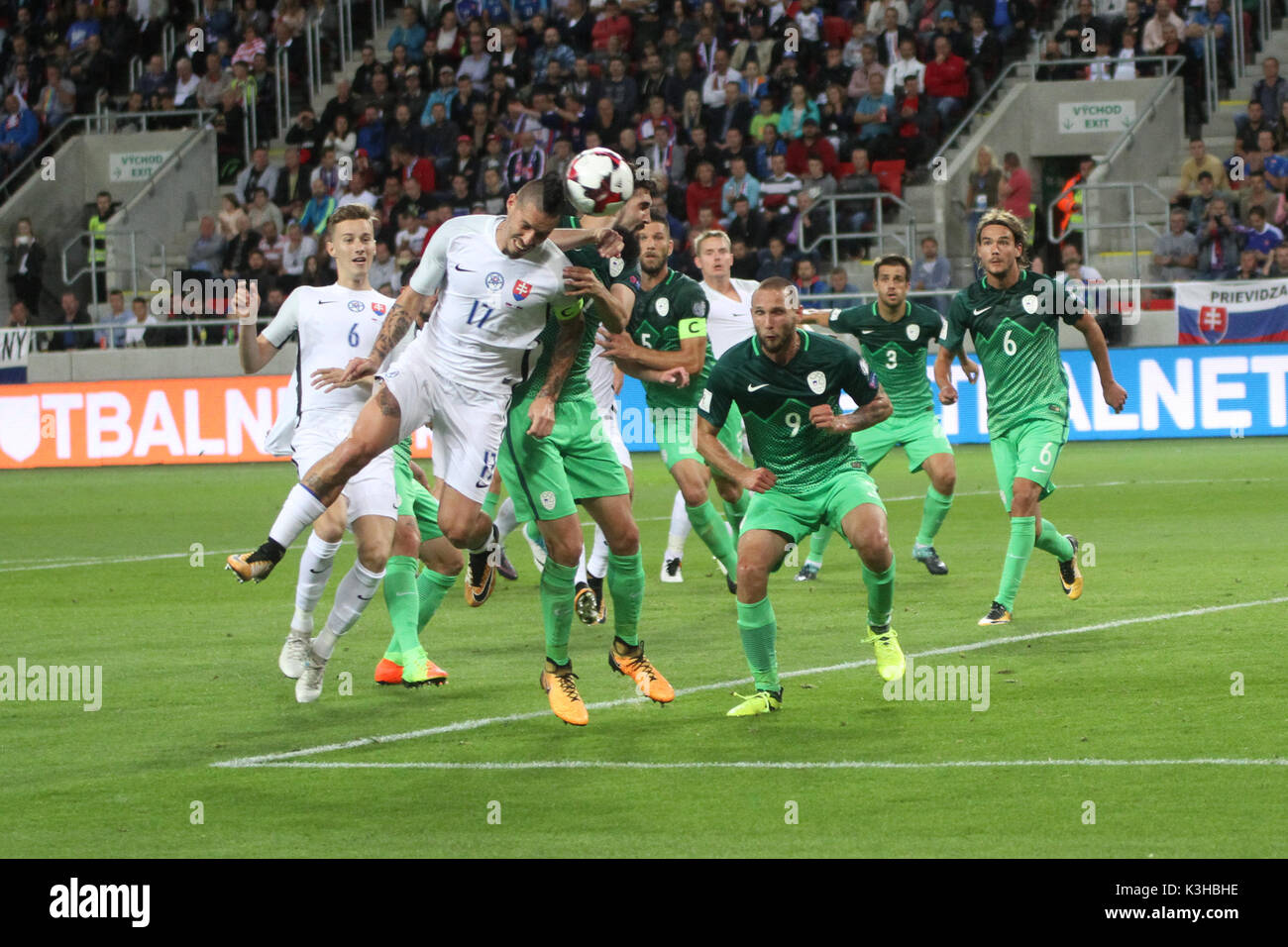 Trnava, Eslovaquia, 1. De septiembre de 2017. Los jugadores en acción durante el 2018 FIFA World Cup match calificación entre Eslovaquia y Eslovenia por 1-0. Imagen De Stock