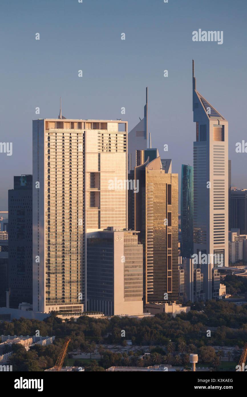 Dubai, Emiratos Árabes Unidos, el centro de Dubai, niveles elevados de la vista de los rascacielos de Sheikh Zayed Road, en el centro de la ciudad, alba Imagen De Stock