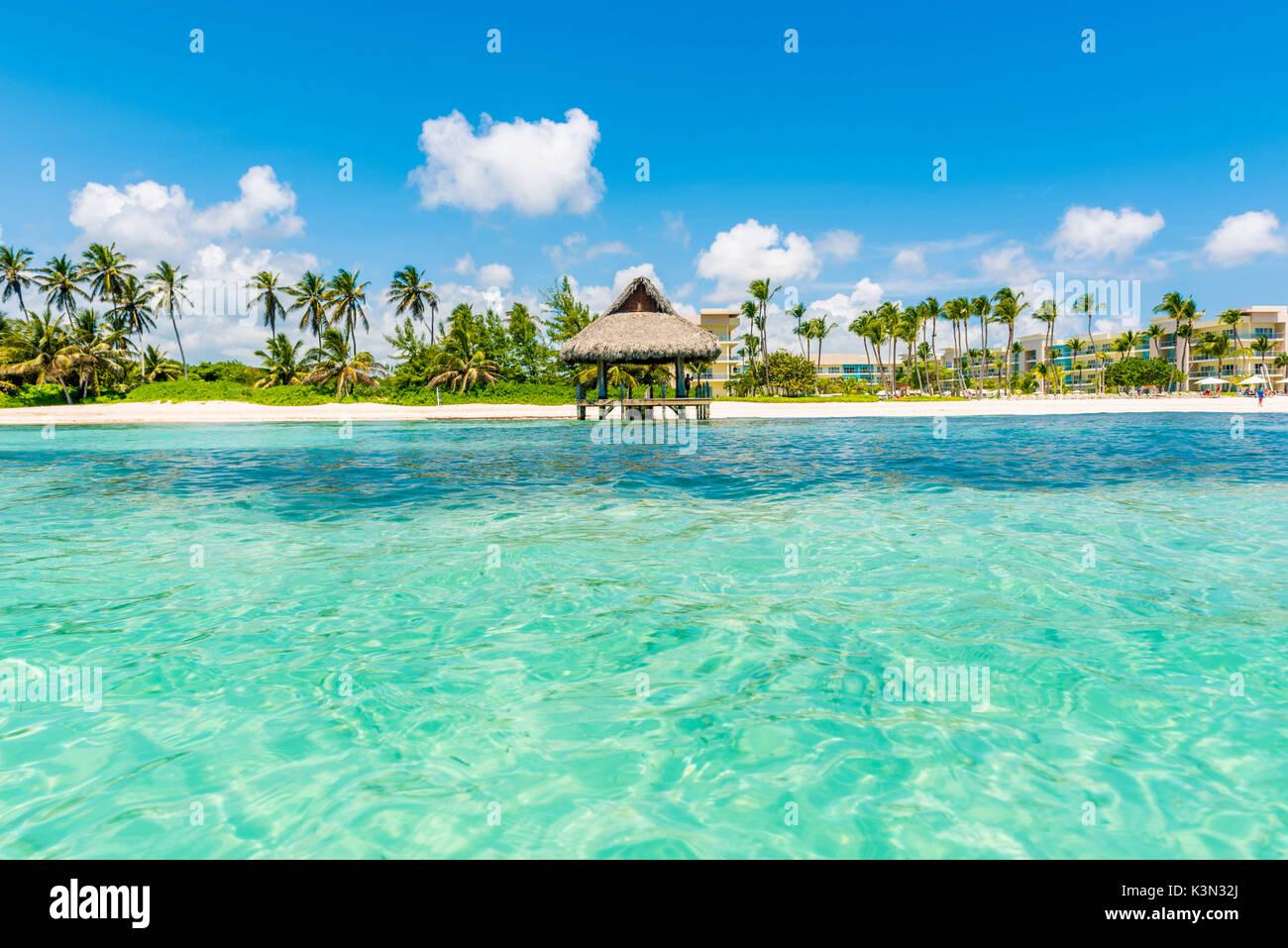 Playa Blanca, Punta Cana, República Dominicana, Mar Caribe. Choza de paja en la playa. Foto de stock