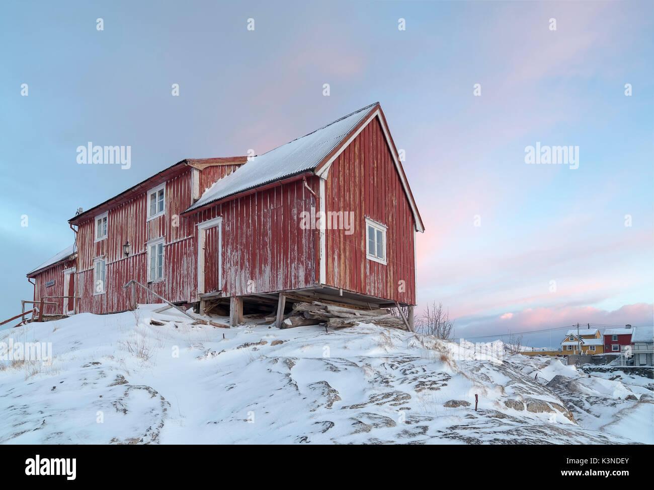 Típica casa noruega con coloridos cielo sobre los antecedentes, las islas Lofoten, Noruega Imagen De Stock