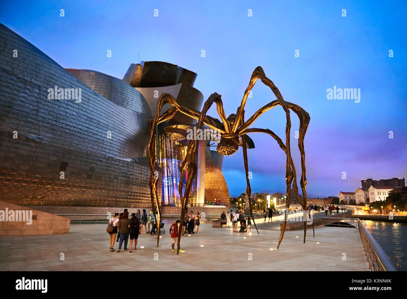 Museo Guggenheim al atardecer, Bilbao, Vizcaya, País Vasco, España, Europa Foto de stock