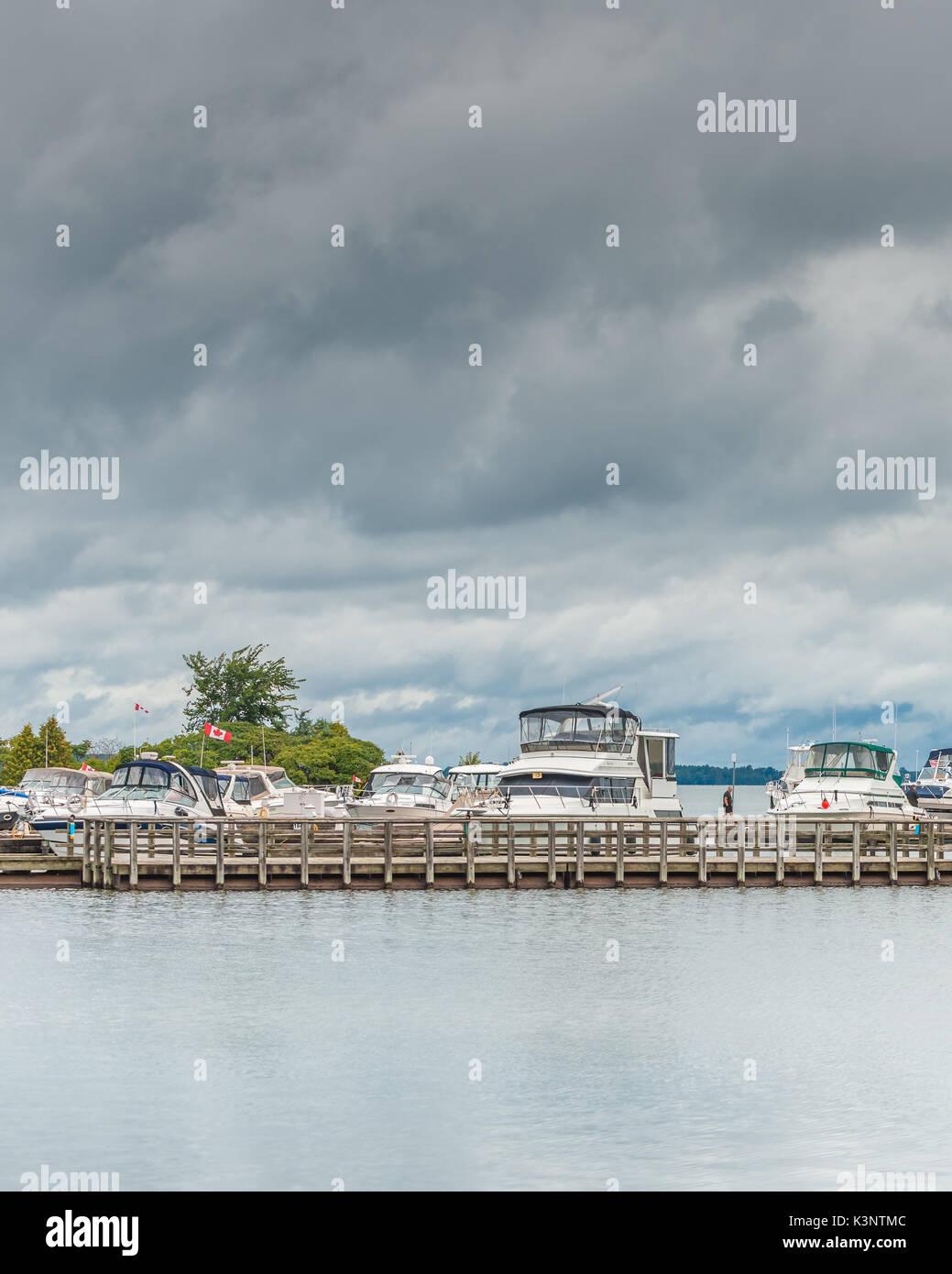 Embarcaciones de recreo seguro atracó en el puerto de Orillia Ontario Canada como tormentas de finales de verano Foto de stock