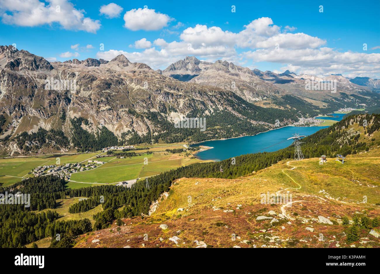Vista desde el valle de Engadine torwards Furtschellas en Silvaplana, Grisons, Suiza | Aussicht vom Furtschellas im Engadintal en Richtung Silvaplana, Imagen De Stock