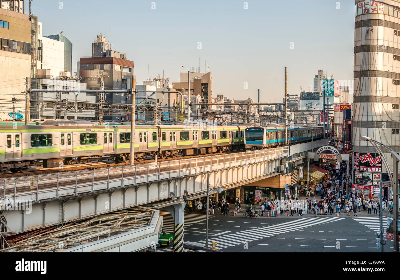 Paisaje urbano en el distrito de Ueno, en Tokio, Japón | im Geschaeftsviertel Strassenszene Ueno, en Tokio, Japón Imagen De Stock