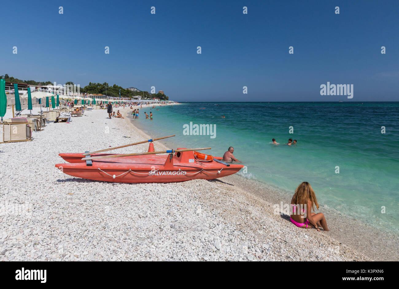 Los turistas en la playa enmarcada por el mar turquesa provincia de ...