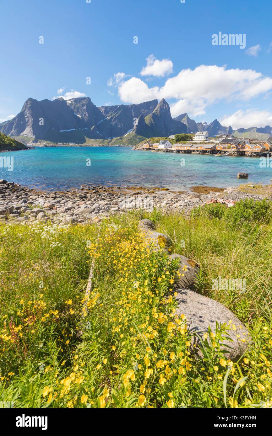 Flores amarillas en flor enmarcan el mar turquesa y la aldea de ...