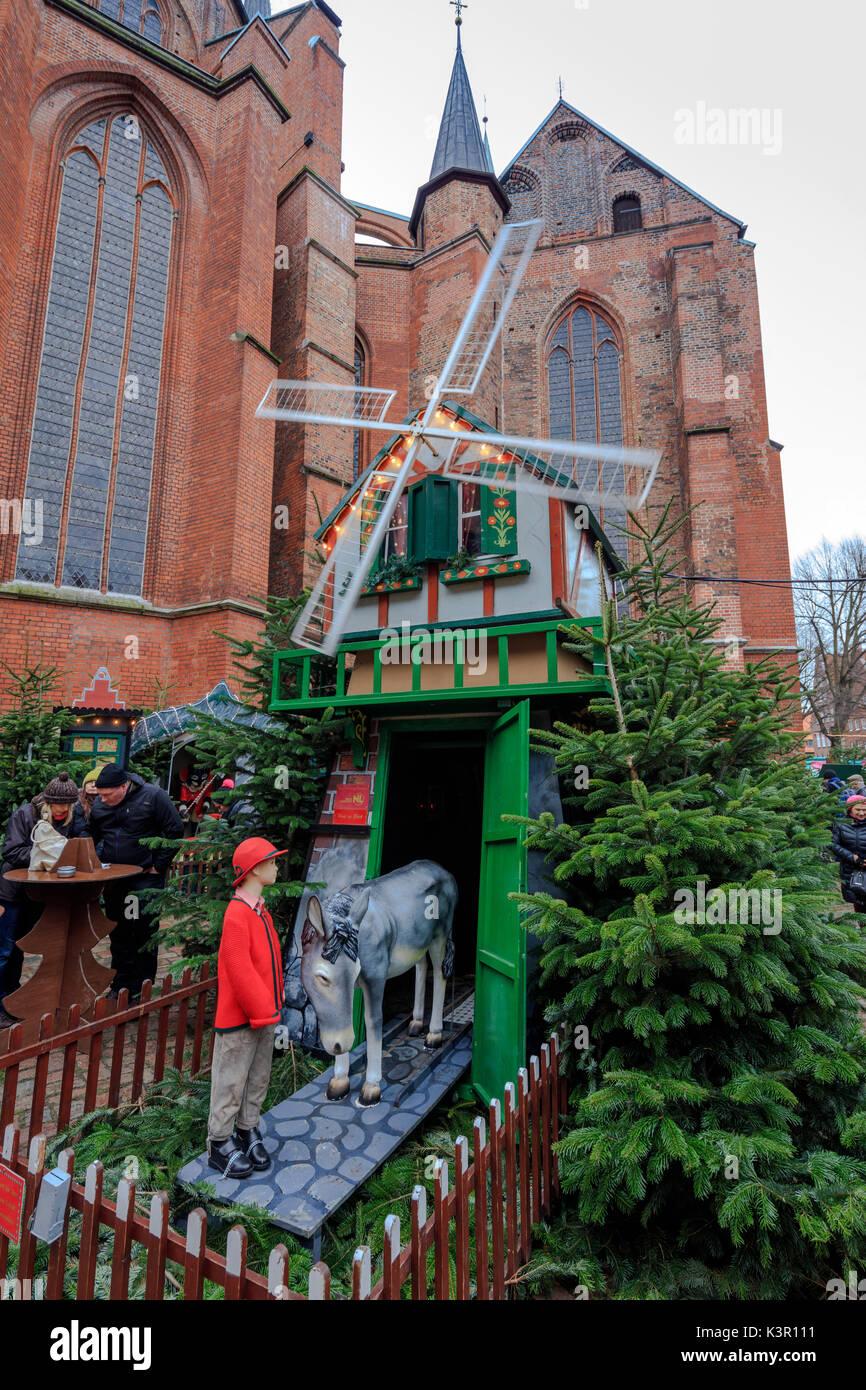 Parque de diversiones y decoraciones de Navidad en el centro de la ciudad medieval y gótico Lübeck Schleswig Holstein Foto de stock