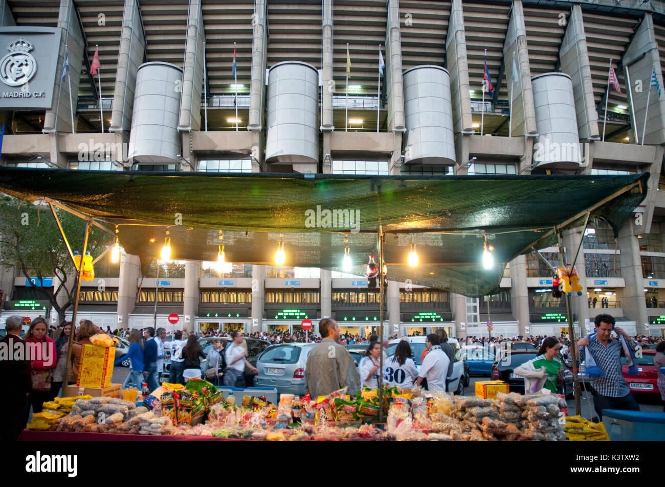 Atmósfera ante el Real Madrid- Barcelona partido de fútbol. Santiago Bernabeu, Madrid, España. Imagen De Stock