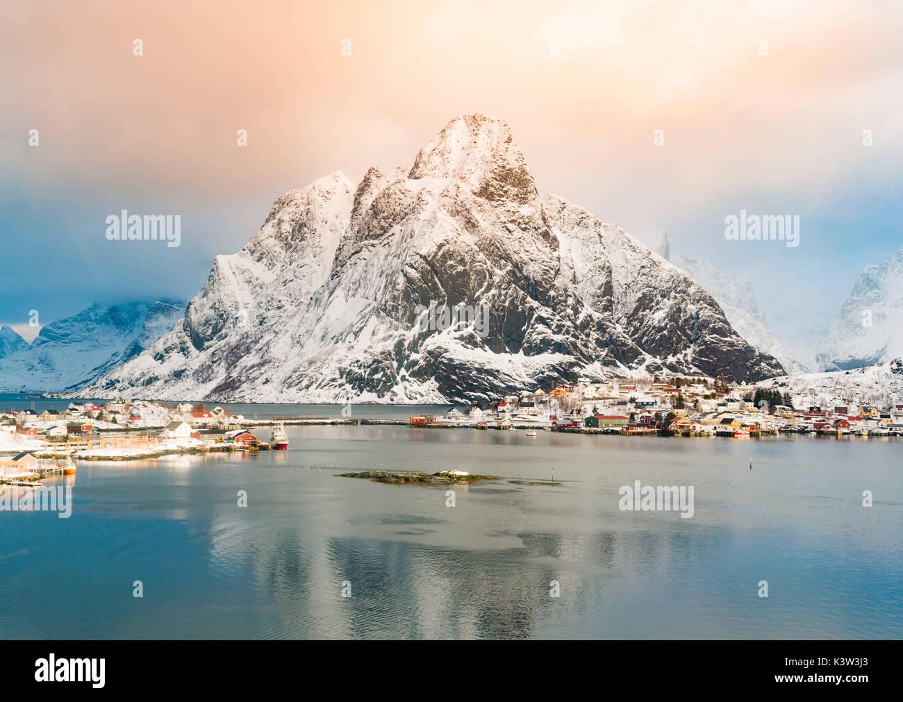 Reine, islas Lofoten, Noruega. invierno ver al amanecer. Foto de stock