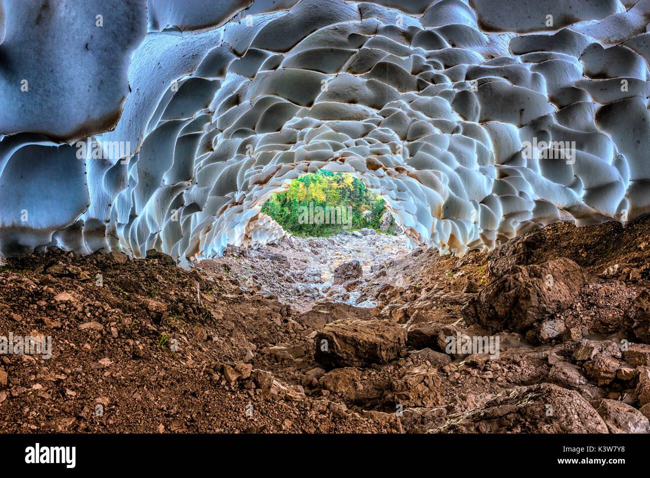 Italia, Veneto, Cortina d'Ampezzo, Sorapiss lago, dentro de una cueva de hielo. Foto de stock
