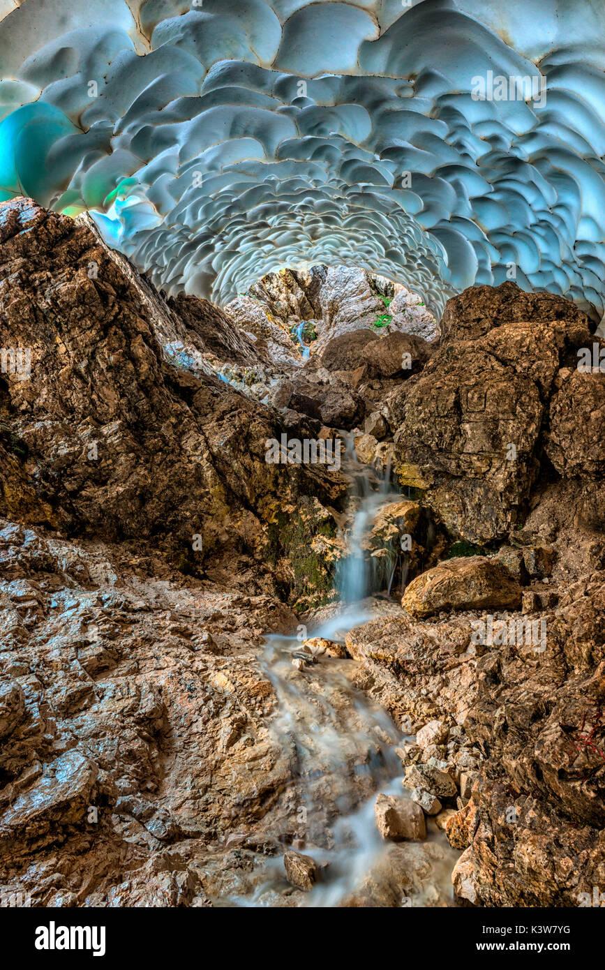 Italia, Veneto, Cortina d'Ampezzo, Sorapiss lago, dentro de una cueva de hielo esculpidos por el agua. Imagen De Stock