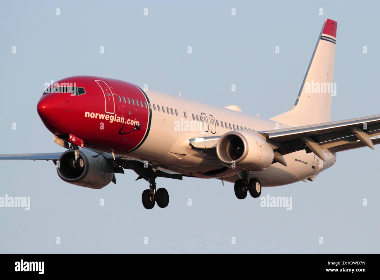 Norwegian Airlines Boeing 737-800 (737 ng o Next Generation) avión en la aproximación al atardecer Foto de stock