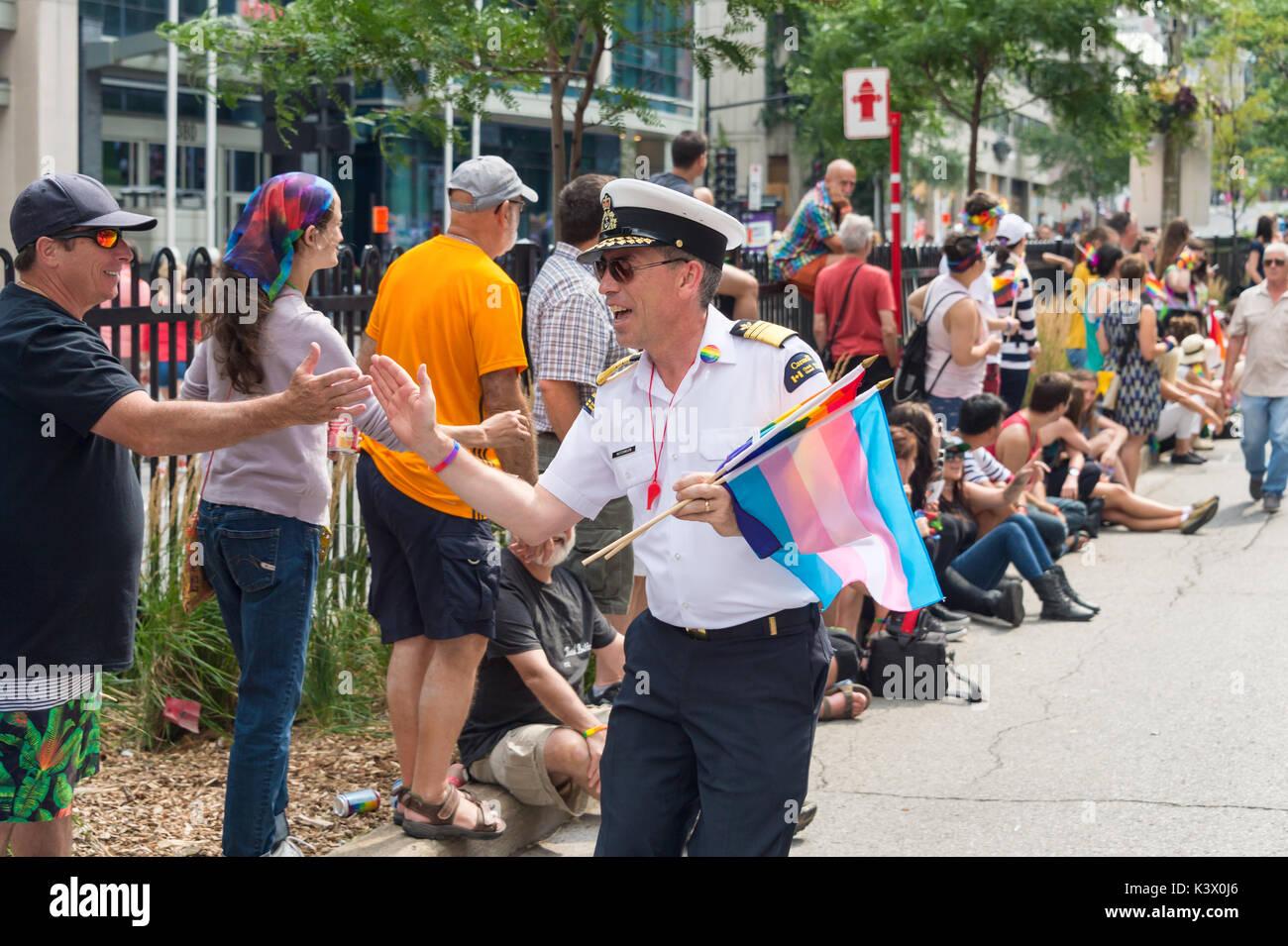 Montreal, Canadá - 20 de agosto de 2017: un miembro de la guardia costera canadiense participa en el Desfile del Orgullo Gay de Montreal Imagen De Stock