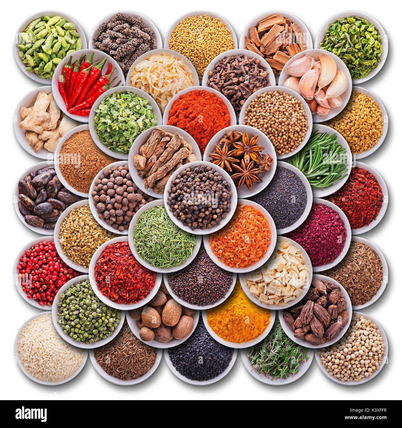 La composición de colores brillantes con hierbas y especias Foto de stock