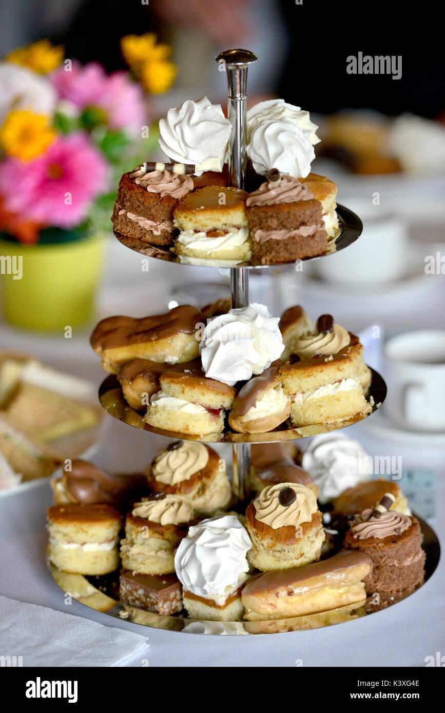 Cake stand con mini pastel selección Imagen De Stock