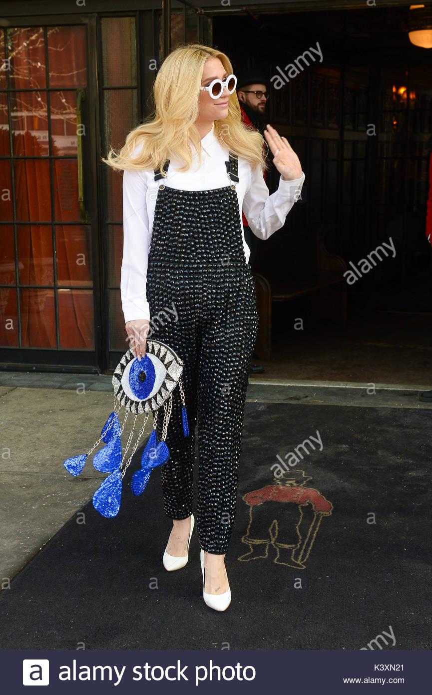 Kesha. Kesha pasos fuera de su downtown Manhattan llevaba gafas de ...