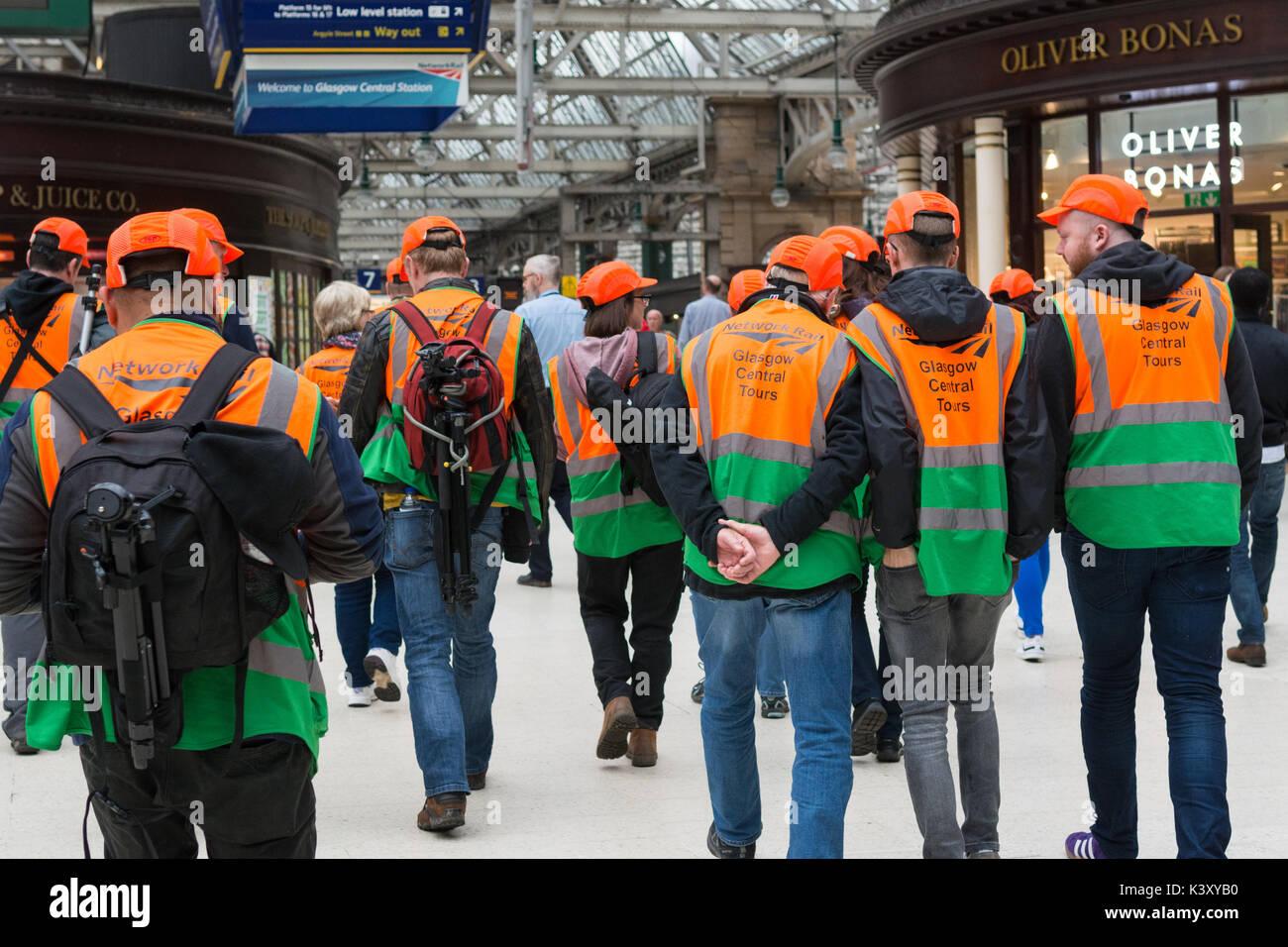 La estación central de Glasgow tour - personas al principio de la visita Imagen De Stock