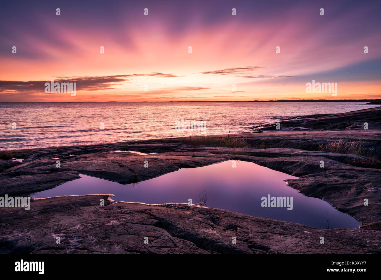 Sunset épica con bellos colores y mar en otoño tarde en Porkkalanniemi, Finlandia Foto de stock
