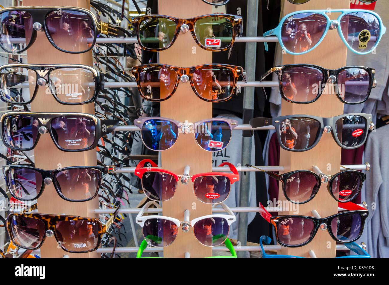 5f0c0e44c0 Gafas de sol en la pantalla de un puesto en el mercado. Imagen De Stock