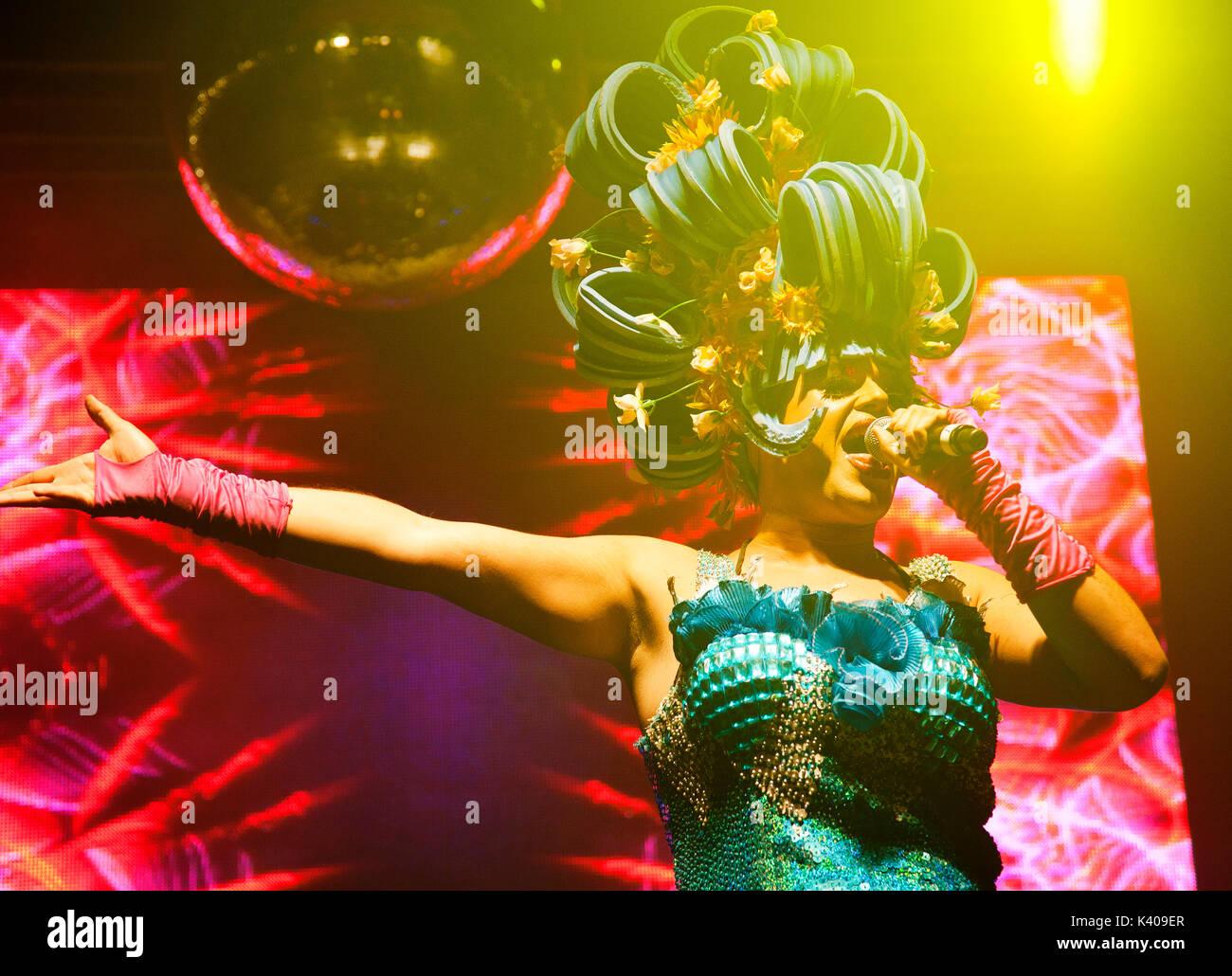 Priscilla corista cantando en Brighton el Orgullo Gay Imagen De Stock