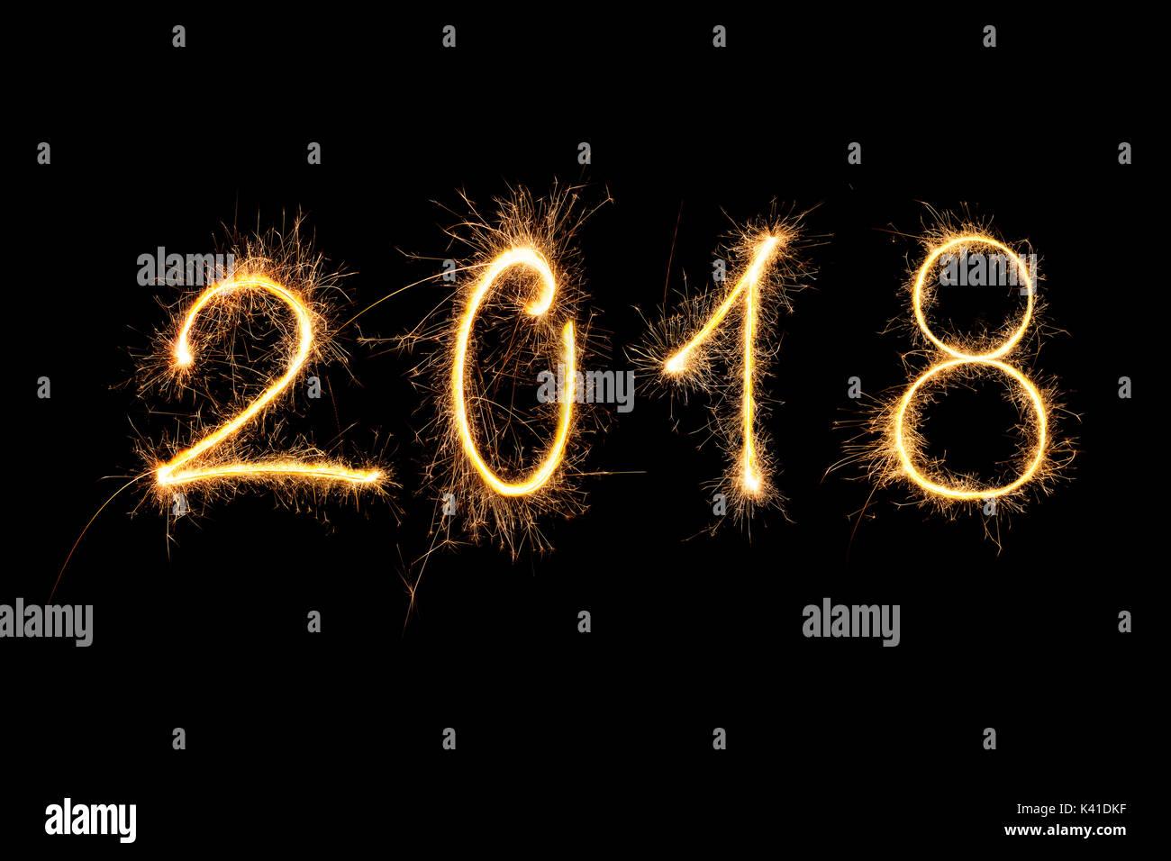 Feliz año nuevo. Dígitos de 2018 realizados desde Fireworks aislado sobre fondo negro. Foto de stock