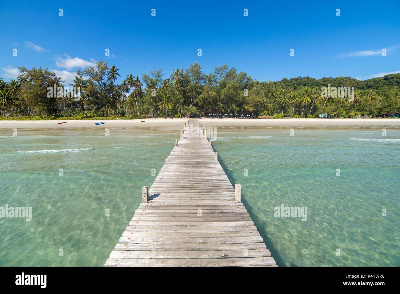 Muelle de madera a una isla tropical Beach en la isla de Koh Kood durante el día, Tailandia. Imagen De Stock