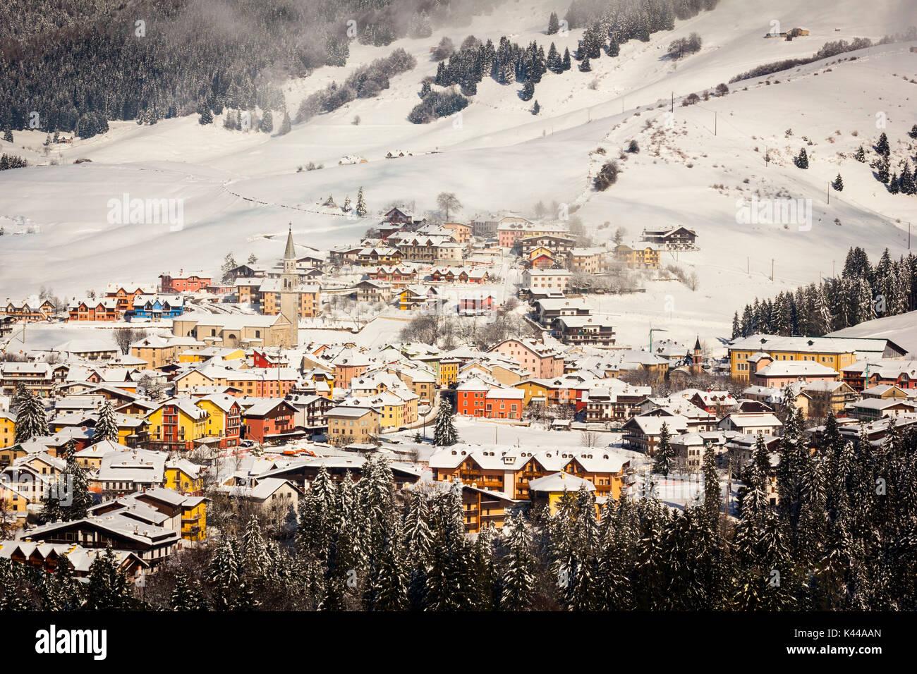 La ciudad, Galión, Altopiano de Asiago, en la provincia de Vicenza, Veneto, Italia. Estación de esquí de montaña en invierno. Imagen De Stock