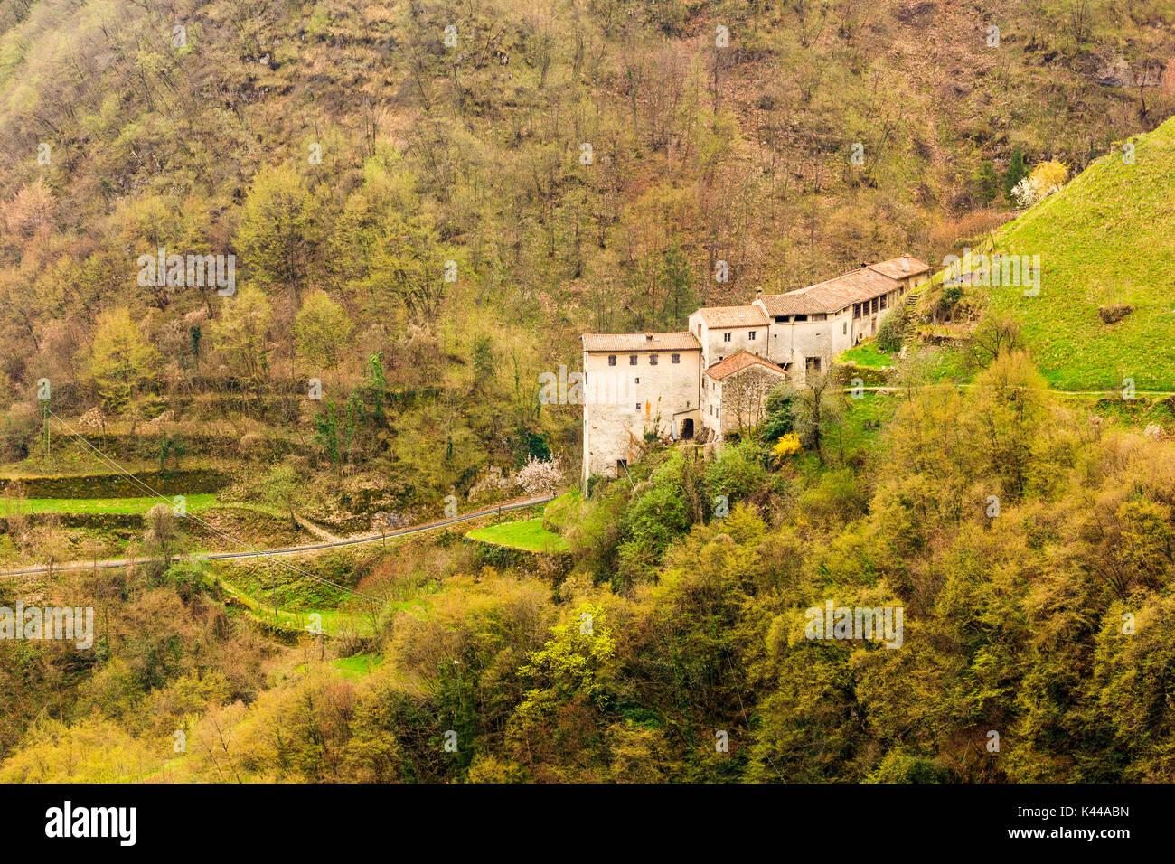 Viviendas de piedra, Contrada Giaconi, Val Frenzela, Valstagna, Provincia de Vicenza, Veneto, Italia. Mountain Village en el borde del valle. Imagen De Stock