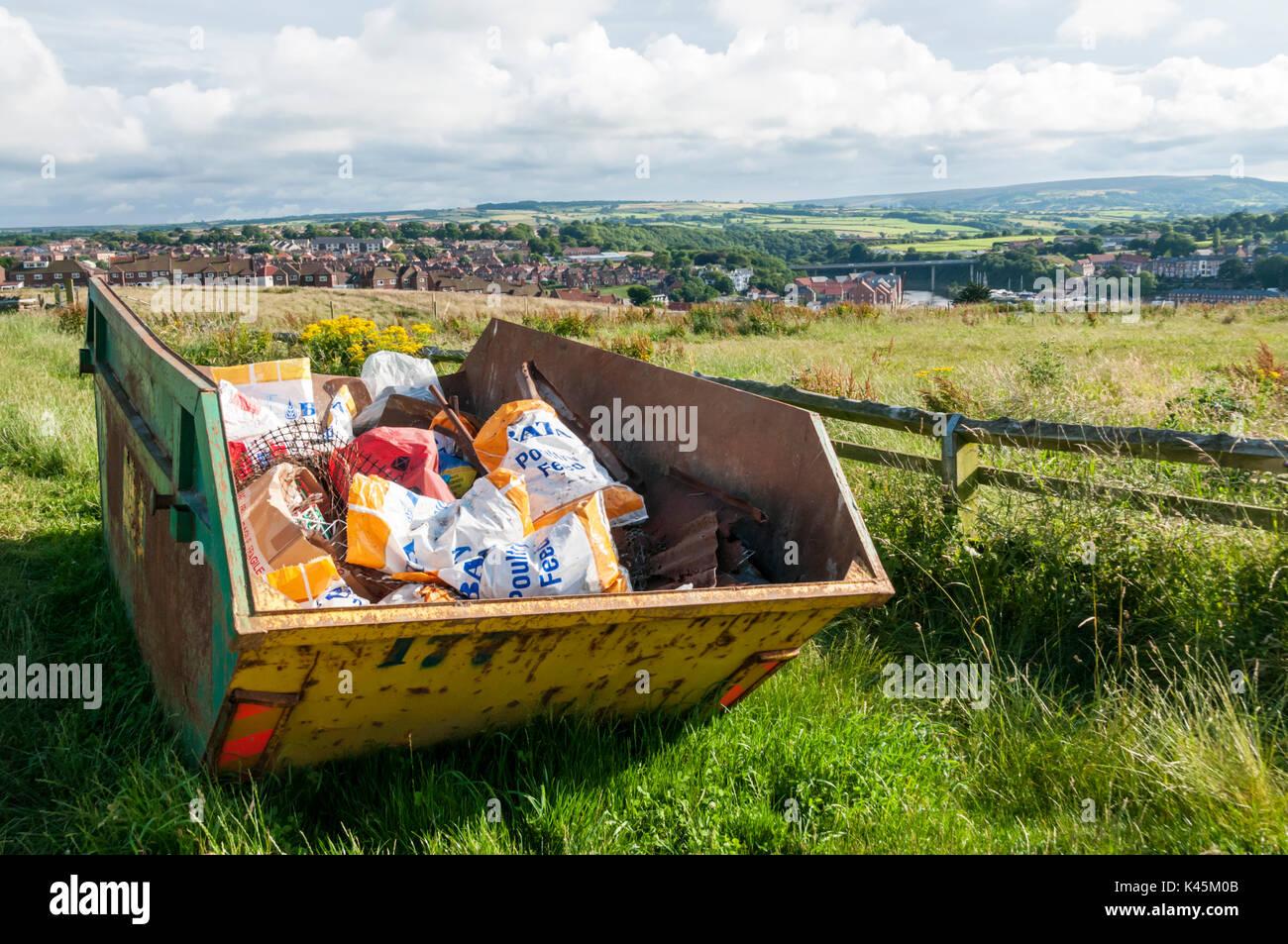 Un salto lleno de basura de granja en la campiña británica. Imagen De Stock