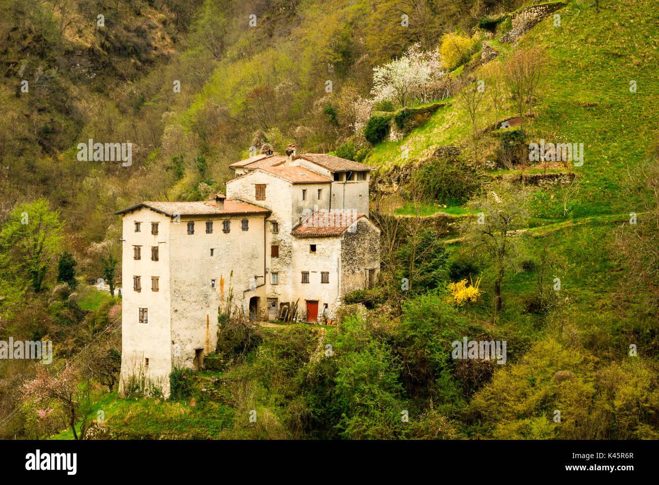 Casas de piedra, Contrada Giaconi, Val Frenzela, Valstagna, Provincia de Vicenza, Veneto, Italia. Las viviendas rurales en el lado de la montaña. Imagen De Stock