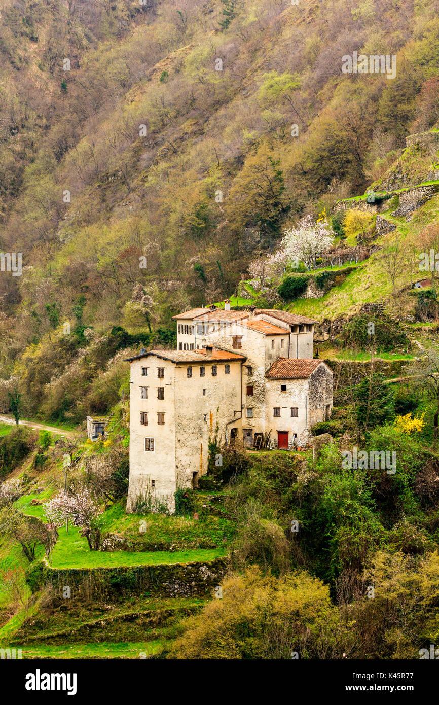 Antiguo caserío, Contrada Giaconi, Val Frenzela, Valstagna, Provincia de Vicenza, Veneto, Italia. Antigua aldea en la ladera. Imagen De Stock