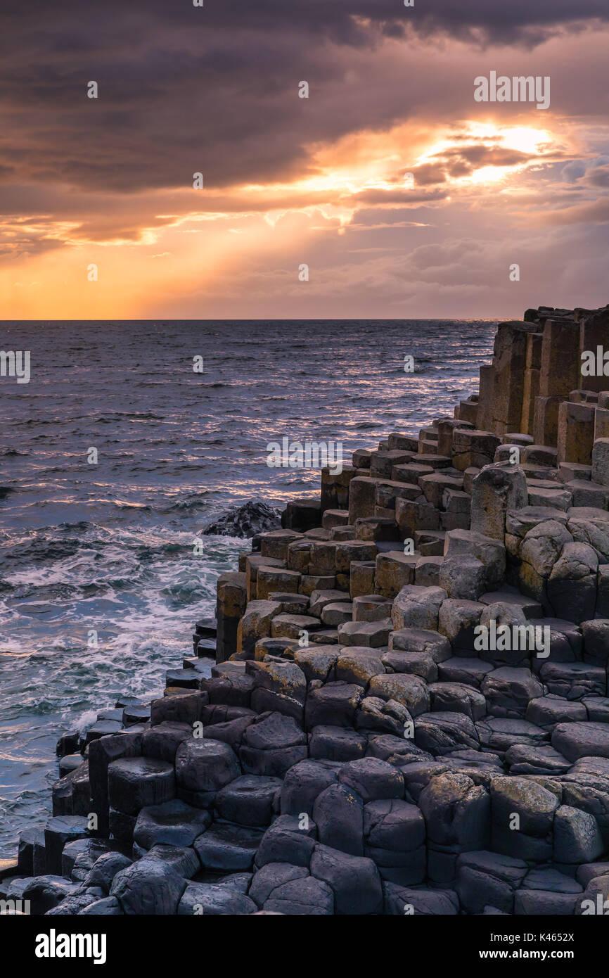 La Giant's Causeway) es un área de aproximadamente 40.000 columnas de basalto entrelazadas, el resultado de una antigua erupción volcánica. Se encuentra en el condado Antri Imagen De Stock