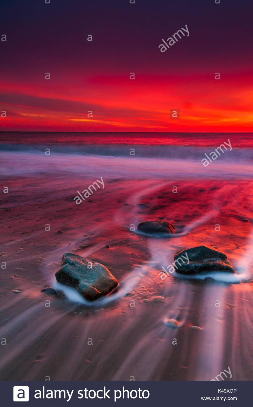 Tormenta amanecer sobre la playa de arena de Crimea. Imagen De Stock