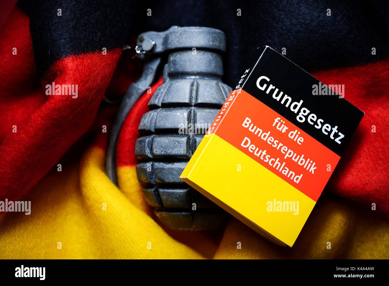 Ley fundamental de la República Federal de Alemania y la granada de mano, el extremismo amenaza Imagen De Stock