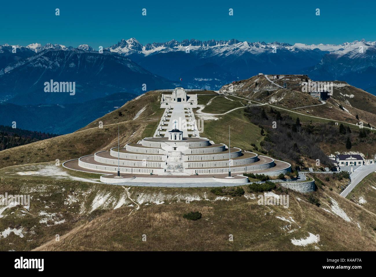 Monumento en el monte Grappa, primera guerra mundial, sacrario del monte Grappa, vista aérea, cimagrappa, semonzo, Bassano, Veneto Foto de stock