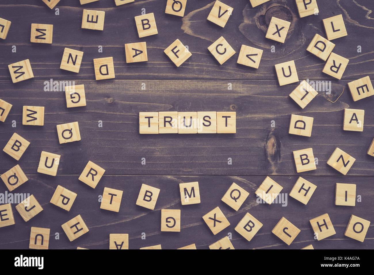 Palabra de confianza el bloque de madera en la mesa para el concepto de negocio. Imagen De Stock