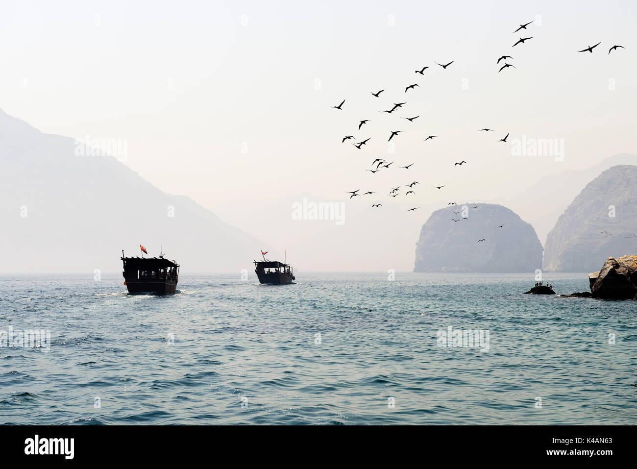 """Khasab, viaje en barco con un """"dhow"""" en el fiordo paisaje, musandam, Omán Imagen De Stock"""