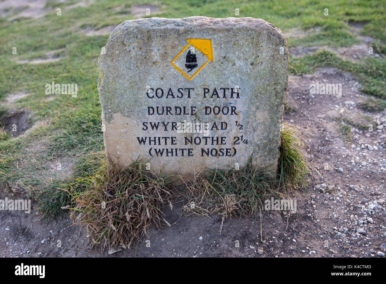Un marcador en la costa sur oeste de path que muestra las direcciones a durdle door, blanco y cabeza swyre nothe en Dorset, Reino Unido. Foto de stock